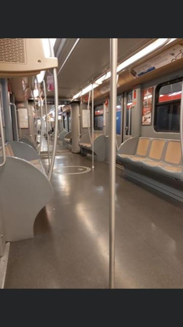 La linea rossa della metropolitana, direzione Roh-Fiera, è vuota questa mattina.