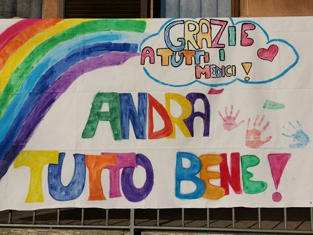 Questi piccoli adulti disegnano arcobaleni accompagnati dalla scritta 'andrà tutto bene': un inno alla positività, in questo periodo dove è difficile sorridere.
